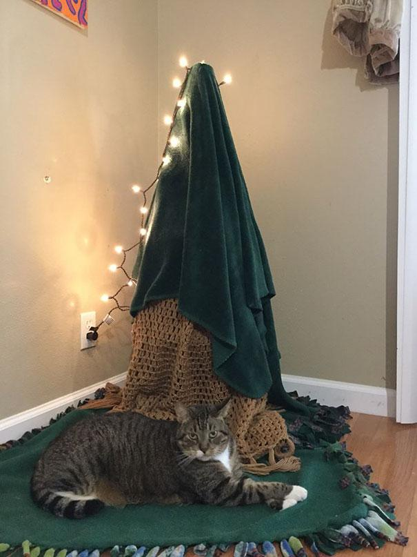 protecting-christmas-tree-from-dogs-cats-pets-29-585a8c70147b3__605