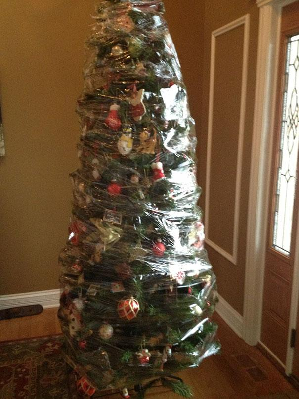 protecting-christmas-tree-from-dogs-cats-pets-31-585a7c1561257__605