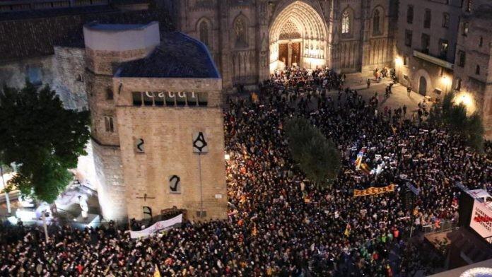 """(video) Barcelona """"fierbe"""". Manifestație de proporții istorice pentru eliberarea liderilor separatiști"""