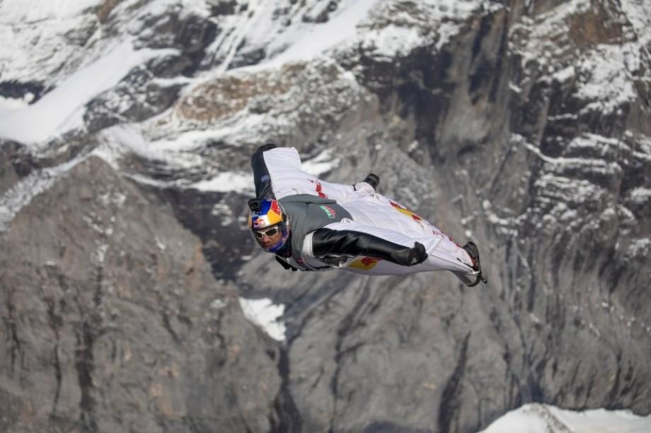 (video) La țanc. Doi sportivi au sărit în wingsuit și în timpul zborului au intrat direct în avion