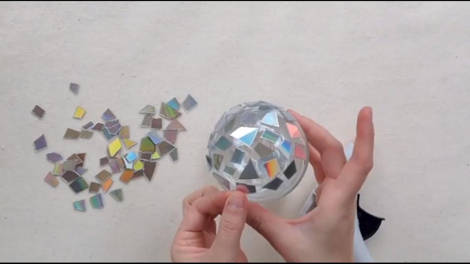 (video) Globuri handmade pentru bradul de Crăciun, confecționate din CD-uri și lac de unghii