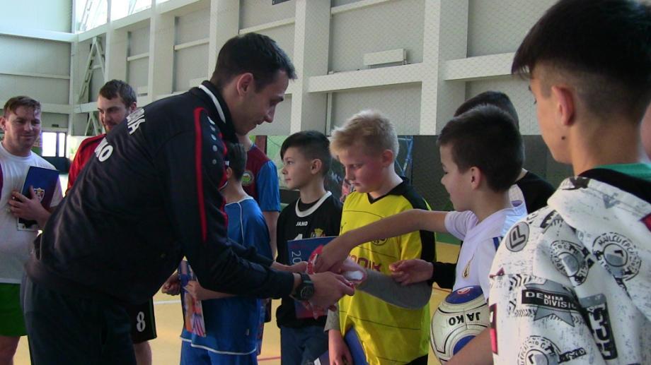 (video) Naționala de fotbal vine în orașul tău. Copiii din Căușeni au învățat trucuri noi de la fotbaliștii autohtoni