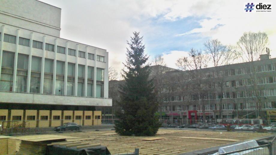 (foto) Pomul de Crăciun de pe strada 31 august a fost deja instalat