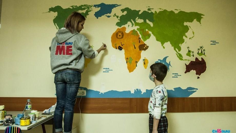 """(foto, video) O """"lume întreagă"""" a apărut pe holul spitalului Valentin Ignatenco. Chișinău is Me a adus culoare pe pereții gri"""