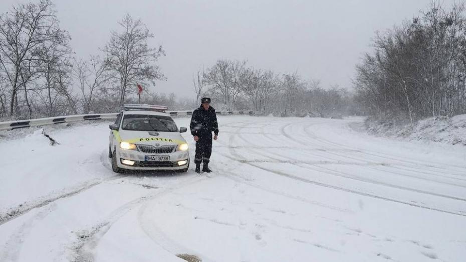 Atenție șoferi! Ninge în toată țara. Ce spun meteorologii și poliția
