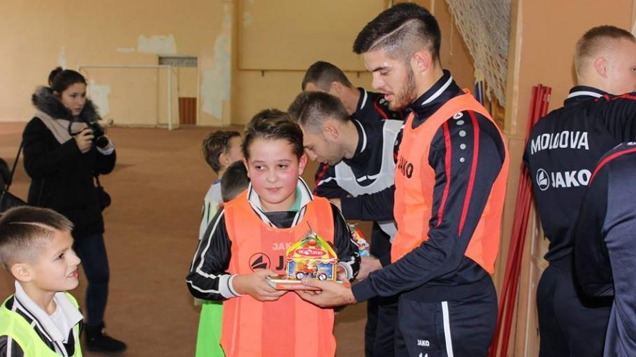 (foto) Naționala de fotbal vine în orașul tău. Copiii din Grigoriopol au învățat trucuri noi de la fotbaliștii din Moldova