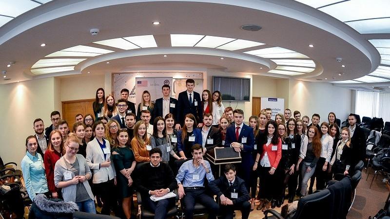 """""""Deputați"""" pentru două zile. 51 de studenți au simulat ședințele Legislativului la prima ediție a proiectului """"Parlamentul Tinerilor"""""""