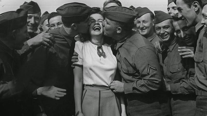 """(foto) Cele mai memorabile săruturi ale secolului XX din arhivele revistei """"Life Magazine"""""""