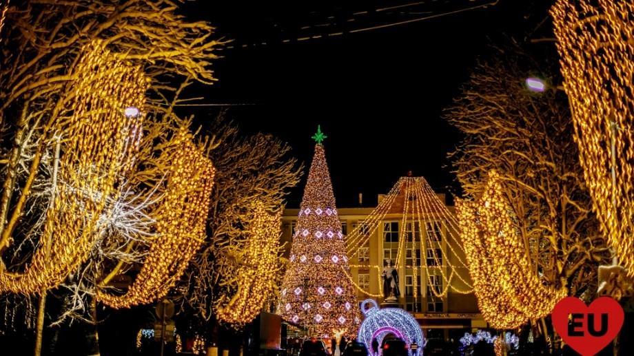 """(foto) Bradul din Orhei a îmbrăcat """"haine"""" naţionale. Mii de oameni au participat la inaugurarea povestei de Crăciun"""