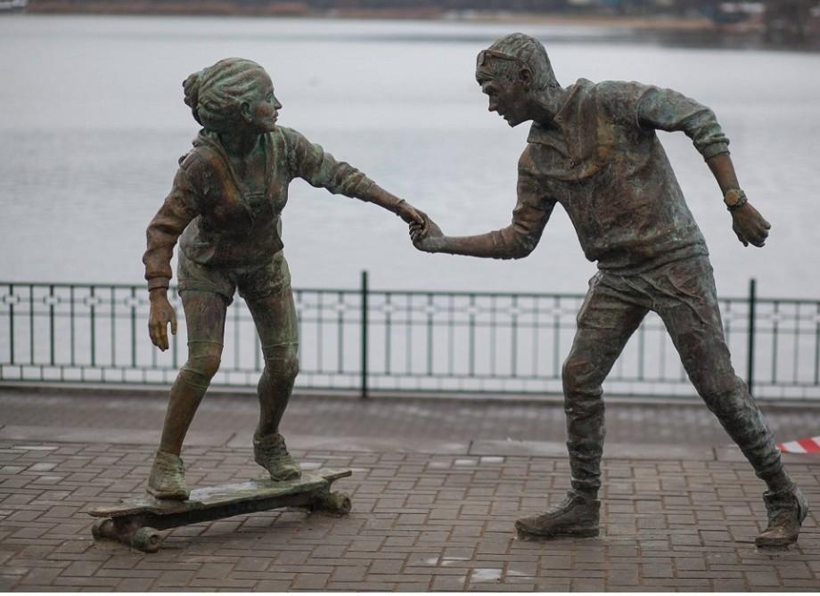 (foto) Doi tineri și un skateboard. O nouă sculptură a apărut la Valea Morilor