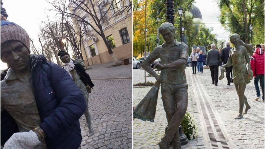 Fotografia zilei: Un tânăr a îmbrăcat statuiile de pe strada pietonală din Chișinău