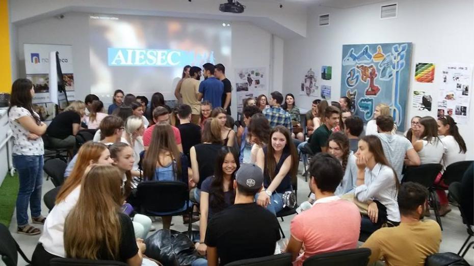 Participă la ENable și învață engleza conversațională cu tineri internaționali. Motivele pentru care ar trebui să participi la acest proiect