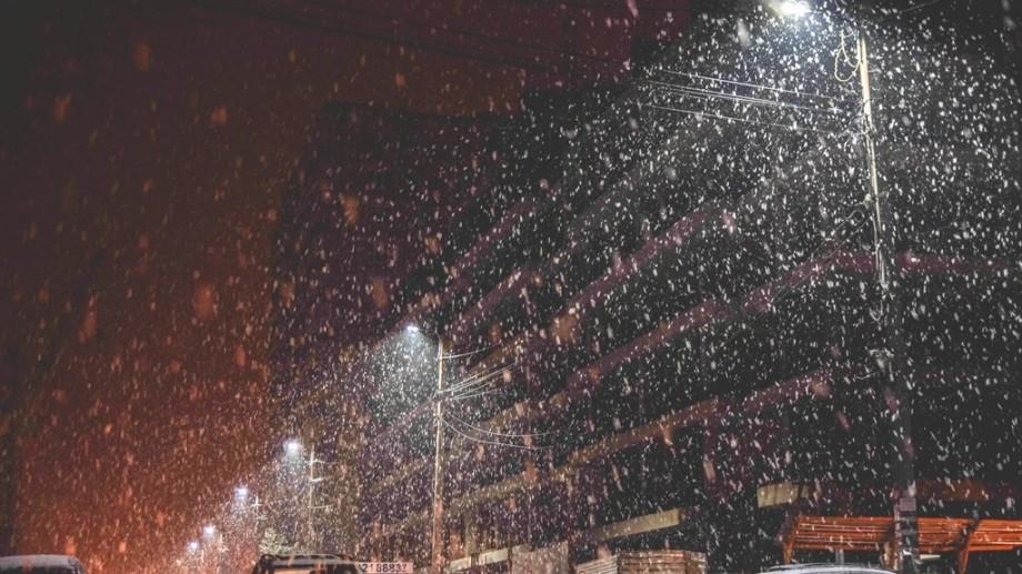 (foto) Iarna își intră în drepturi. Plimbarea nocturnă a unui fotograf din Chișinău prin lapovița codului portocaliu