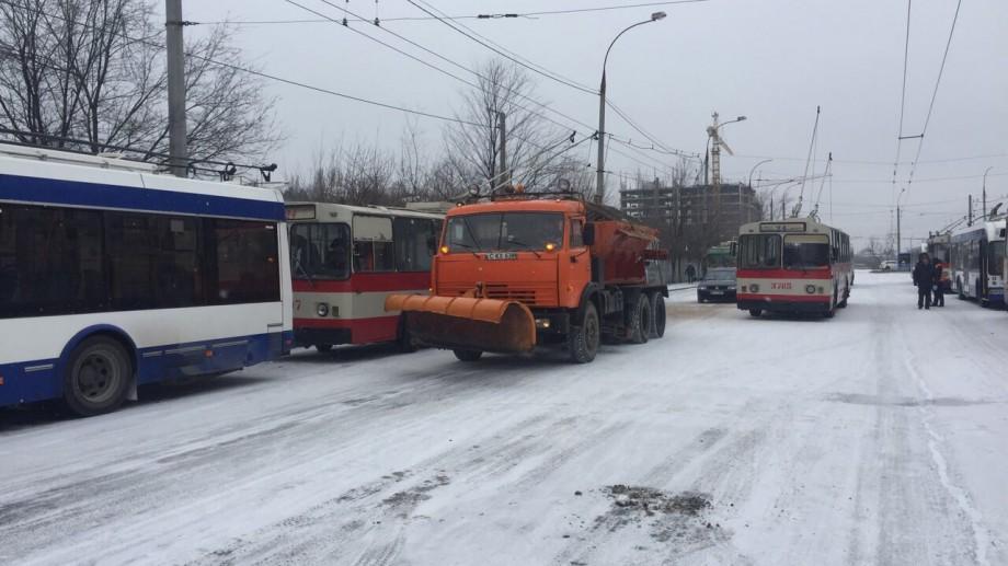 (foto) Pe străzile din Capitală se circulă în regim de iarnă. Zece autospeciale împrăştie material antiderapant