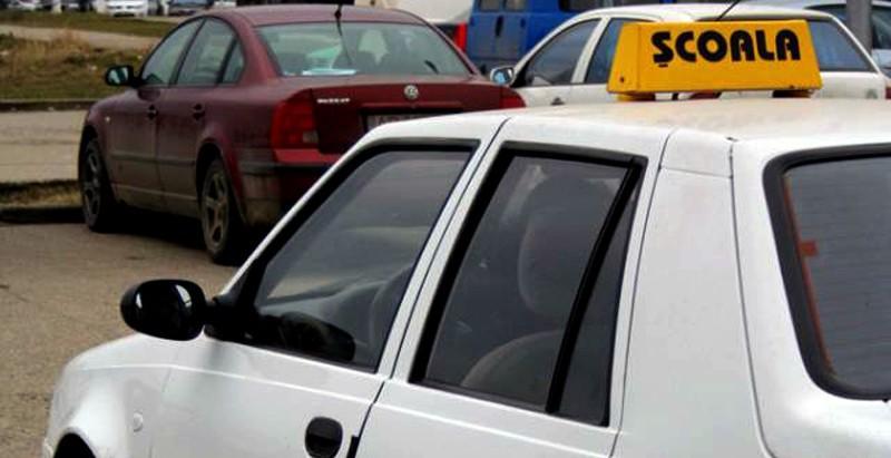 Un tânăr și-a denunțat instructorii pentru ca i-ar fi cerut 600 de euro pentru permisul de conducere. Aceștia au fost reținuți de CNA