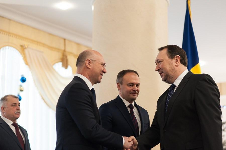 Prim-ministrul Pavel Filip îl felicită pe Alexandru Tănase, ministru al Justiției, 10 ianuarie 2017. FOTO: Sandu Tarlev