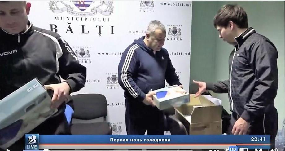 """Postul local de televiziune din Bălți acuză câteva portaluri că dezinformează: """"În cutii erau saltele gonflabile, dar nu mâncare"""""""