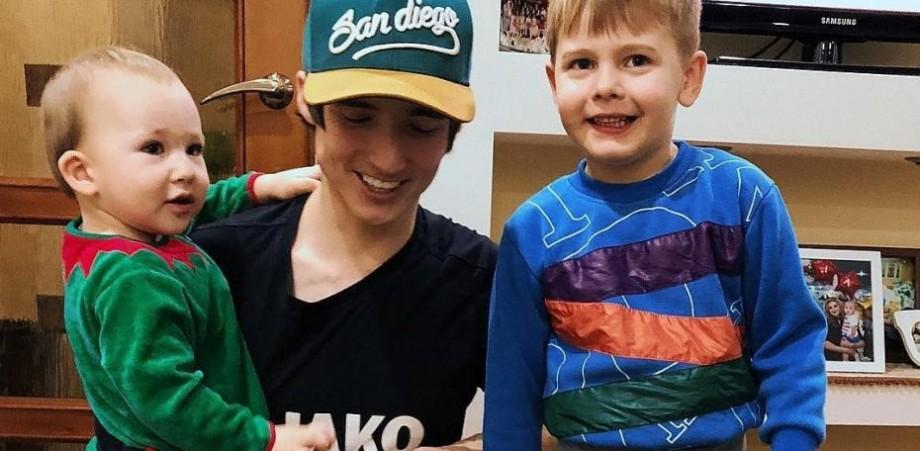 (video) I-a donat toți banii din colindat, iar Ilie i-a dăruit în schimb butonul de aur de la Youtube. Cum își motivează copilul gestul