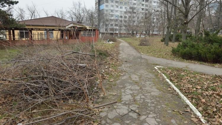 (foto) Arbori curățați și crengi evacuate. Scuarul de pe strada Hristo Botev urmează să fie reabilitat
