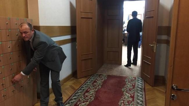 (foto) O nouă regulă la Guvern. Miniștrii au fost puși să-și lase telefoanele mobile într-un dulap
