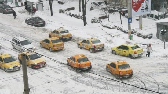 Poliția atenționează șoferii și pietonii să fie prudenți la condițiile meteo nefavorabile din țară