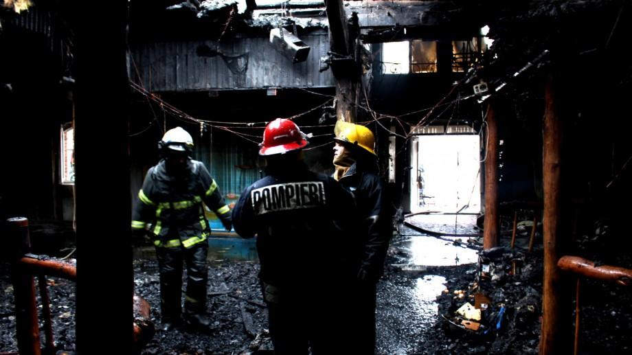 (video) Un complex de 300 de metri pătrați a luat foc la Glodeni. Patru autospeciale au intervenit pentru a localiza incendiul