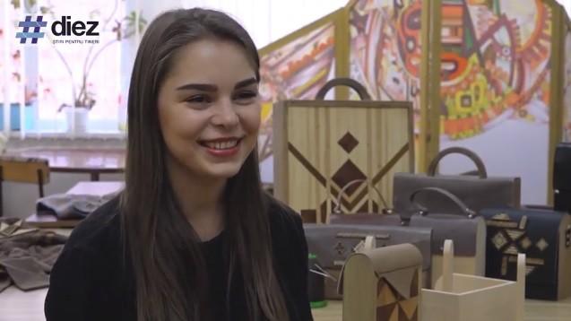 (video) Unde-s tinerii: Face genți din lemn cu elemente etno. Cunoaște-o pe tânăra meșteriță Mihaela Dvornic