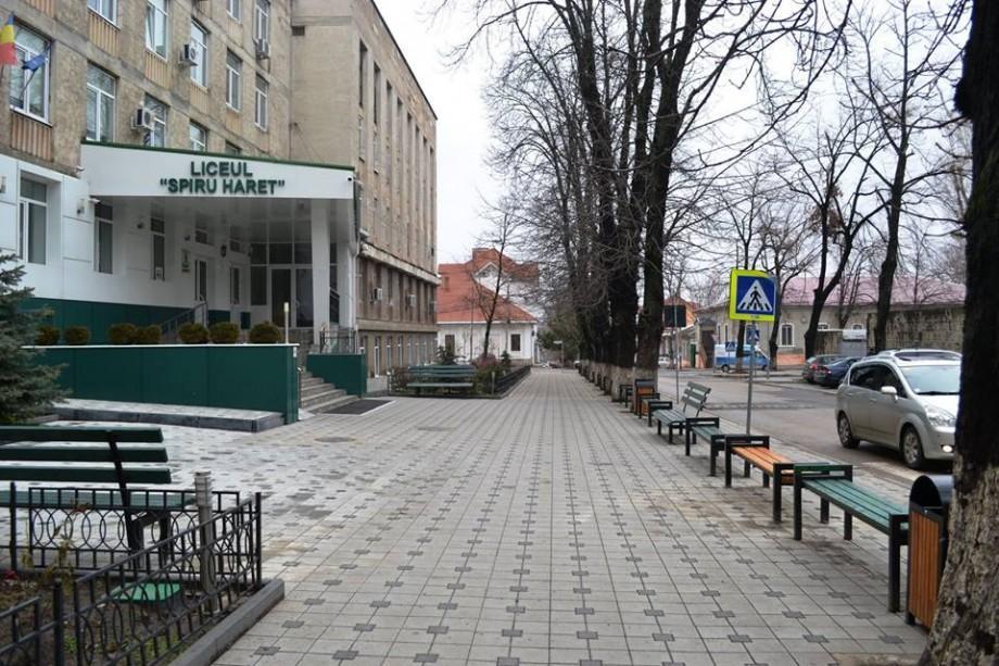 """(foto) Bănci și urne noi la Liceul """"Spiru Haret"""". Instituția a completat spațiile libere din fața blocului"""