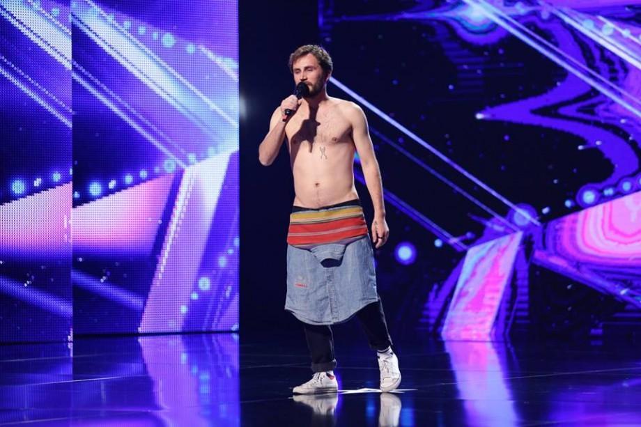 """(video) """"Ești o metaforă din orice unghi te-aș privi"""". Ronin Terente a trecut cu trei de """"da"""" în următoarea etapă la Românii au Talent"""