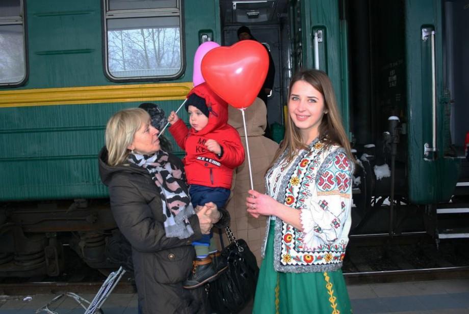 (foto) Muzică live, port popular și sute de baloane. Cum au fost întâmpinați pasagerii la Gara Feroviară, de Dragobete