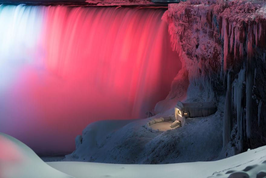 Icy-Niagara-Falls-looks-like-a-5a7914359ca75__880