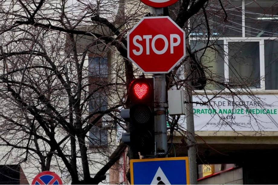 (video) Vin sărbătorile. Culoarea roșie a semafoarelor va lumina sub formă de inimioare într-un oraș din România