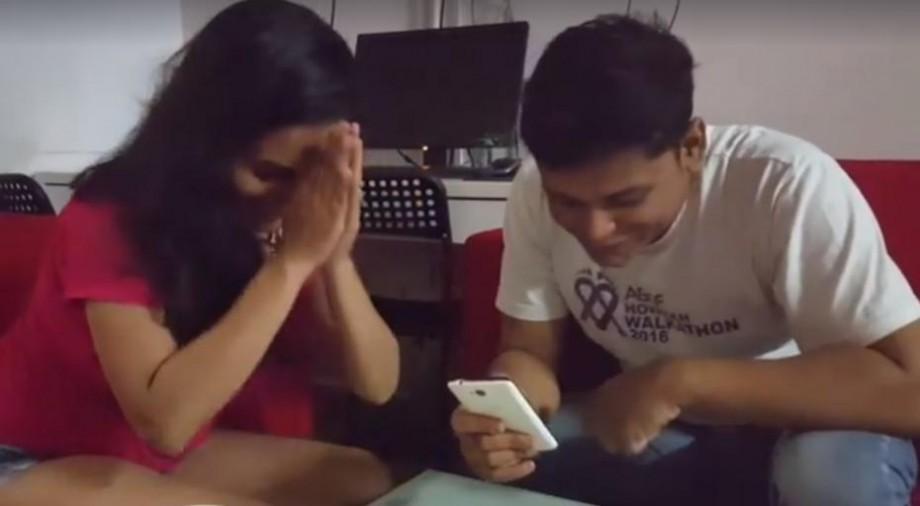"""(video) Cum doi tineri de origine indiană din Singapore citesc imnul Moldovei """"Limba Noastră"""""""