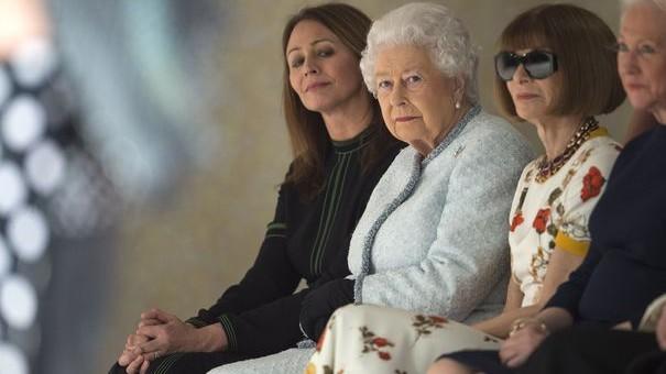 (foto) Însoțită de Anna Wintour. Regina Elisabeta a II-a a făcut o vizită în premieră la Săptămâna modei de la Londra