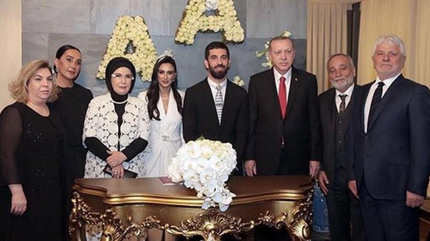 Fostul jucător al Barcelonei, Arda Turan, s-a căsătorit. Președintele Turciei, invitat special la nuntă