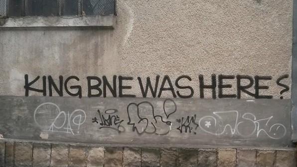 """(foto) Ce semnifică inscripția """"BNE"""" din Chișinău. Care este istoria artistului care a trecut prin Moldova"""