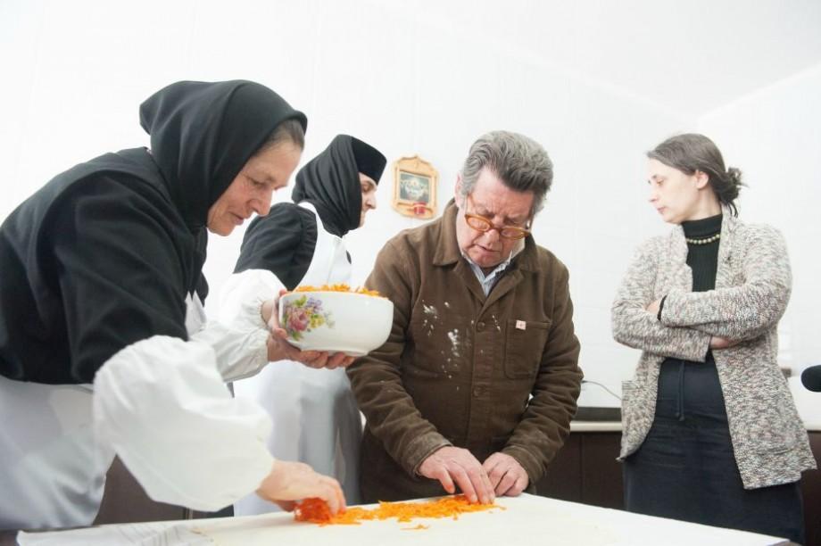 (foto) Chefii francezi descoperă gustul autentic al Moldovei la Mănăstirea Frumoasa. Au gătit pentru prima oară plăcinte tradiționale