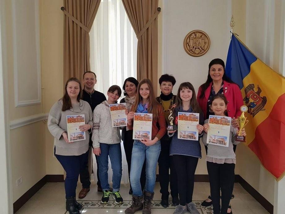"""(foto)  Ansamblul vocal al unui liceu din Capitală a luat premiul mare la un concurs din Italia cu piesa """"Mărțișor"""""""