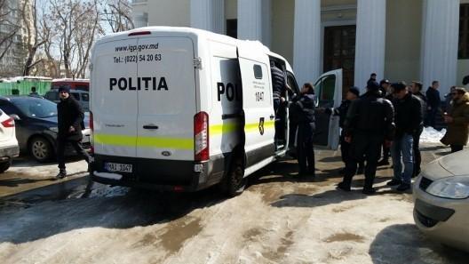 (foto, video) Un grup de 21 de persoane a fost reținut de poliție. Tinerii aveau măști medicinale, pumnal, cuțit și bâtă