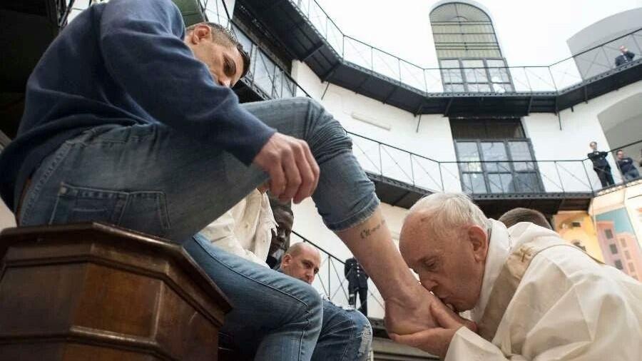 (foto, video) Ritualul tradițional al lui Papa Francisc. A spălat picioarele a 12 deținuți, printre care și un moldovean