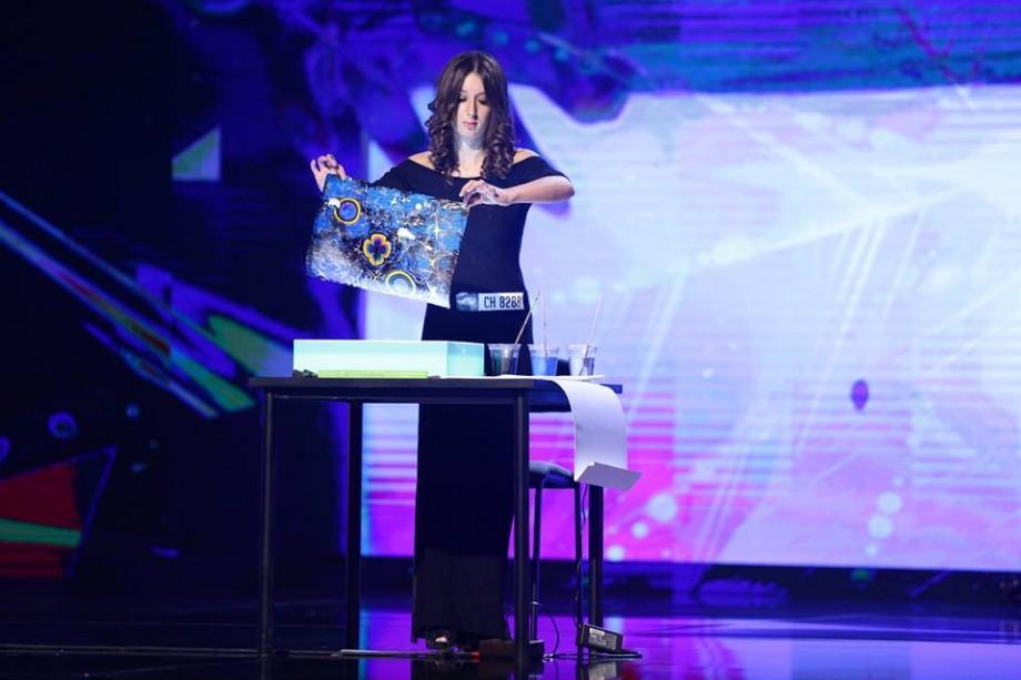 """(foto, video) O tânără din Moldova a impresionat la Românii au Talent printr-o """"pictură în mișcare"""""""
