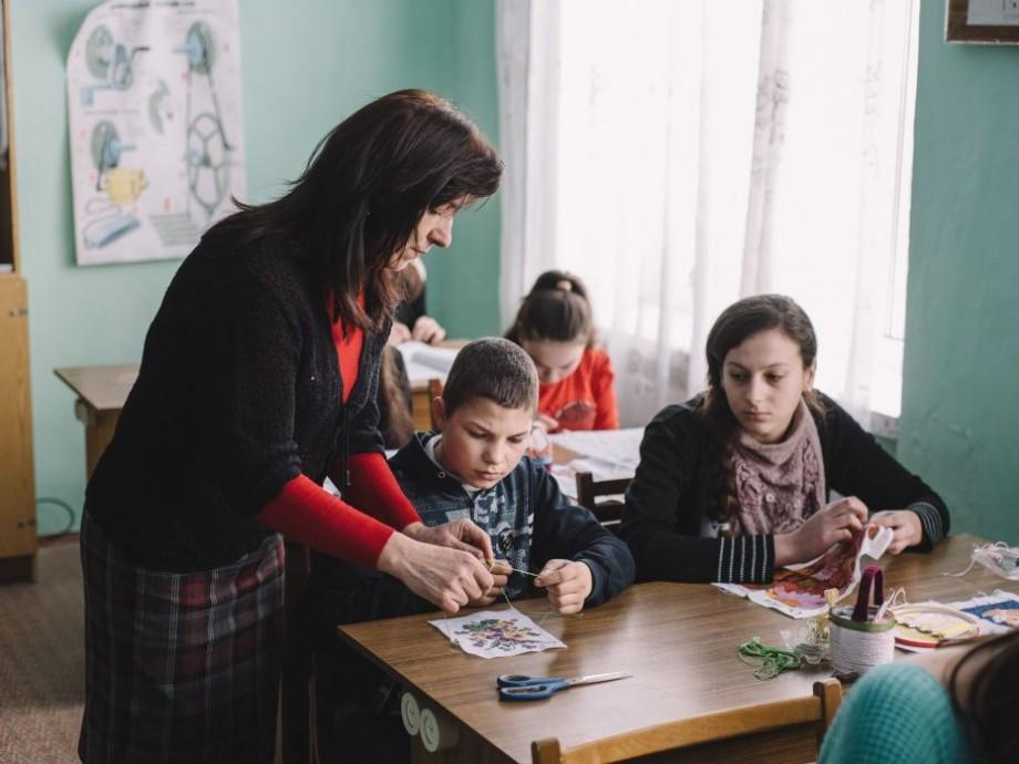 """(foto) Profesoară care a înfruntat stereotipurile de gen în școală: """"Băieții pot croșeta, fetele pot sculpta, dacă asta își doresc"""""""