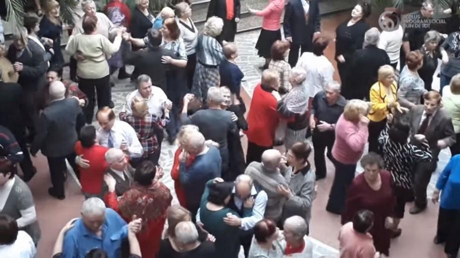 """(video) """"Avem atâția ani câți simțim."""" Cum se distrează tinerii în etate din Chișinău în fiecare duminică la Palatul Feroviarilor"""