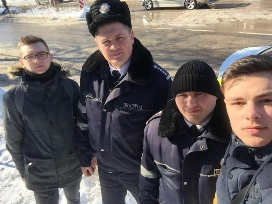 (video) Poliția din Drochia a prins în flagrant un grup de tineri care lipeau afișe BUZZ în localitate