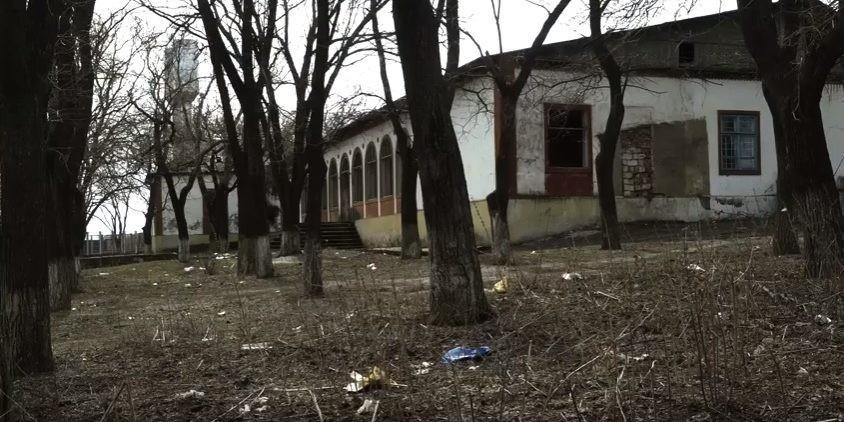 (video) Plin de plastic, hârtii și sticle aruncate. Cum arată parcul de lângă gimnaziul din Talmaza