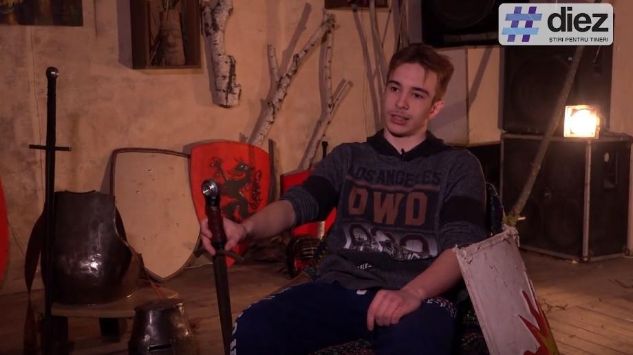 """(video) Unde-s tinerii: """"Trebuie să lupți până la capăt"""". Cunoaște-l pe Teodor Grajdian, un tânăr care practică luptele medievale"""