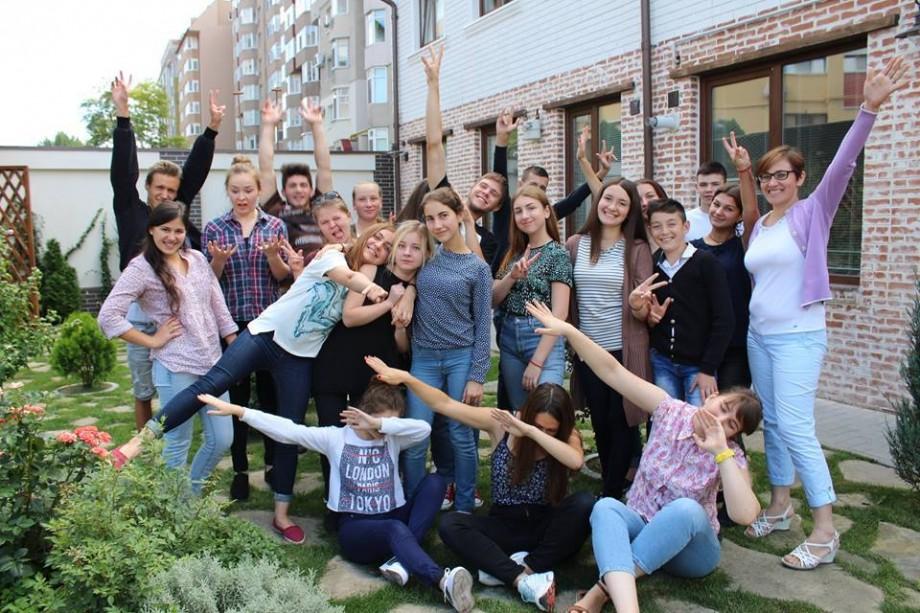 Ești tânăr și ambițios? Participă la proiectul OWIS Moldova și deschide un club de film în propria localitate