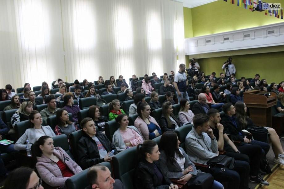 (foto, video) Studenții de la USM au participat la o lecție publică dedicată donării a 2% din impozitul pe venit. Evenimentul s-a încheiat cu un flashmob inedit