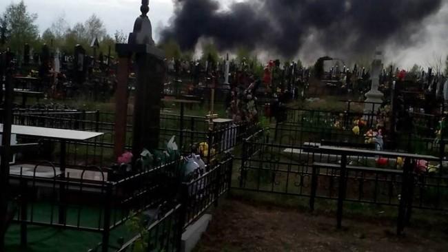 (foto, video) Incendiu la cimitirul Sfântul Lazăr din Capitală. Pompierii sting în aceste momente focul