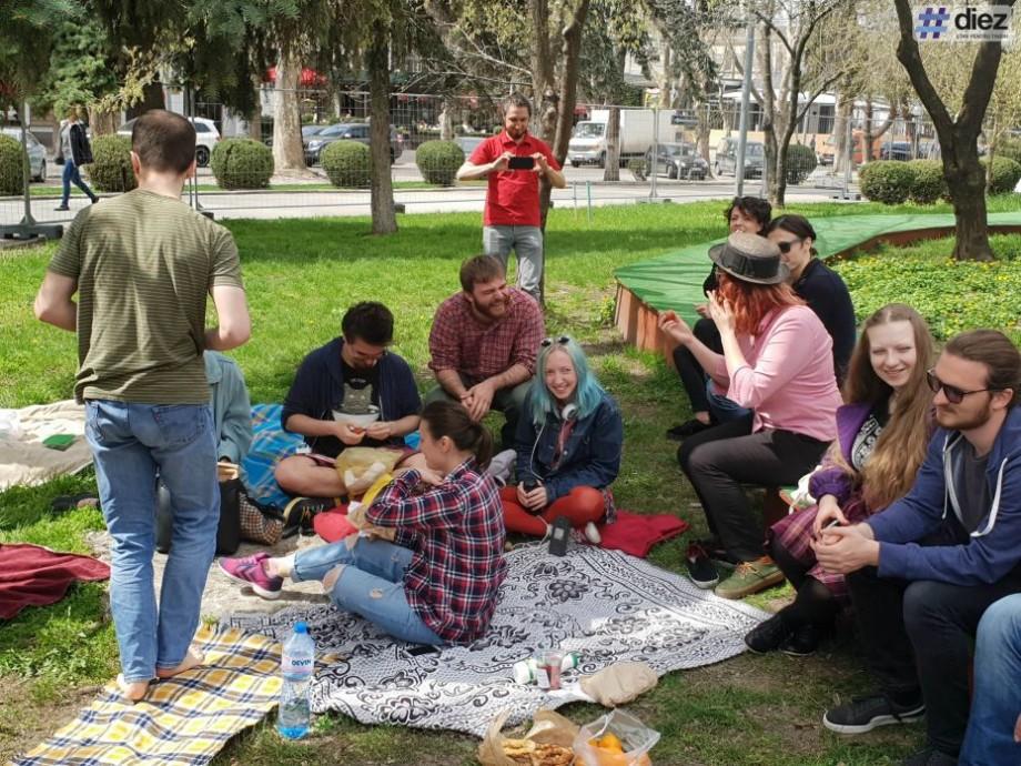 (foto, video) Totuși, a cui e iarba? Administrația Palatului Național va permite cetățenilor să se odihnească în curtea instituției